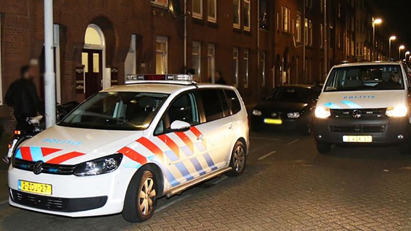 De politie is ter plaatse bij een vrouw uit Rotterdam. Zij werd vastgebonden door vier overvallers.  (MediaTV)