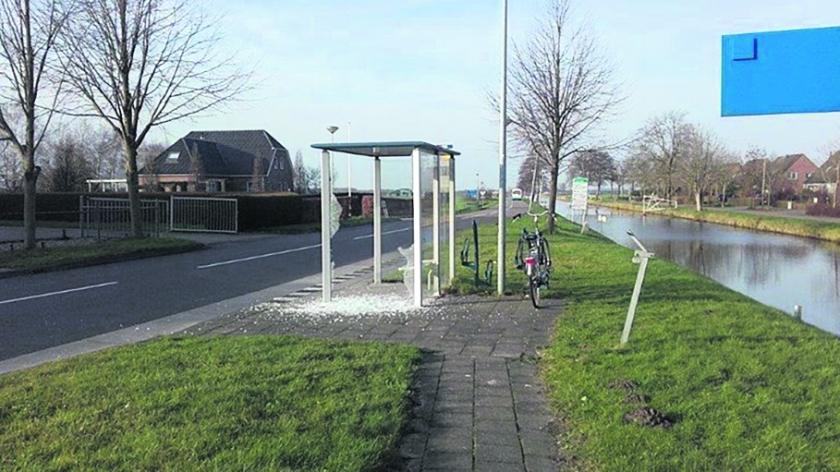 Een bushokje langs Drentsche Hoofdvaart werd met zwaar vuurwerk opgeblazen.  (Johan Snippe)