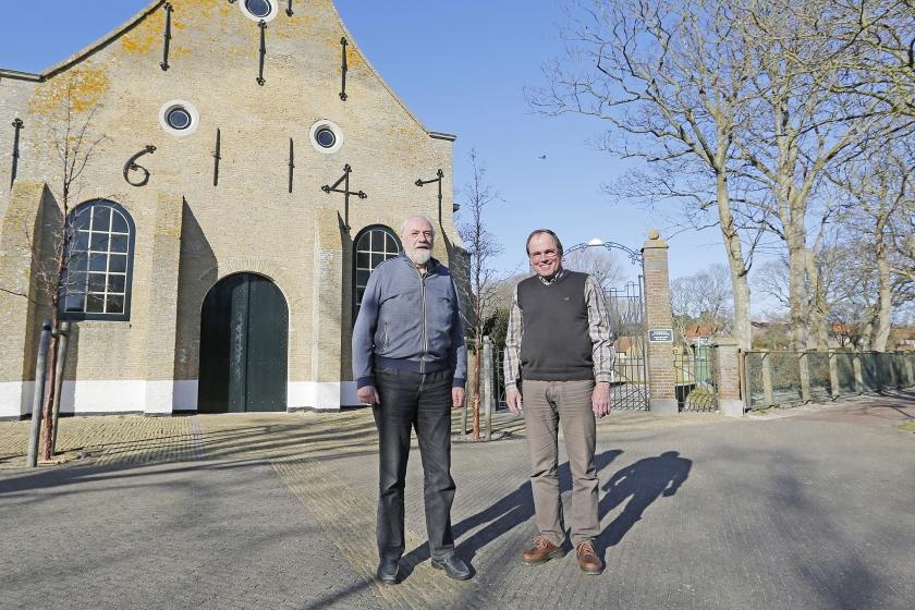 Dominee Frans Weeda (r.) en ouderling Harry van Keulen voor de kerk van Vlieland.  (vlielandfoto.nl)