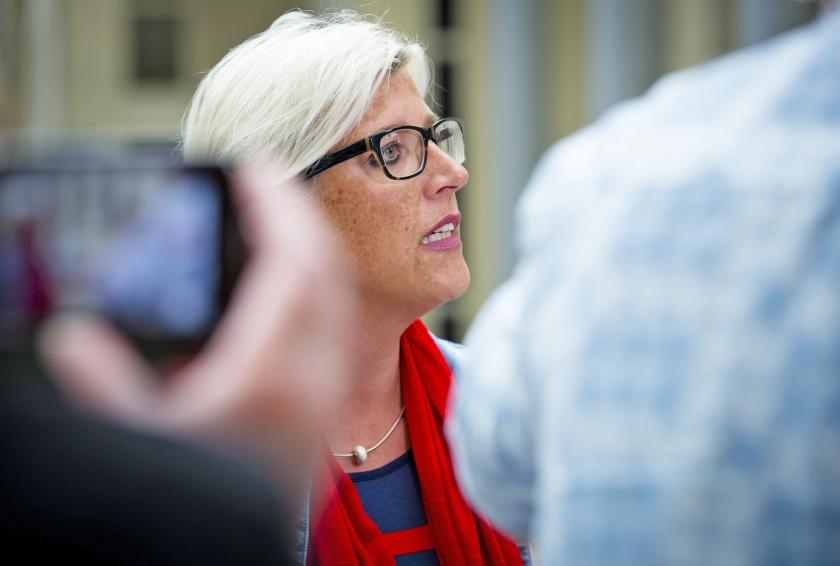 Esther van Dijken praat in de Tweede Kamer met journalisten over een ruimer kinderpardon.  (anp)