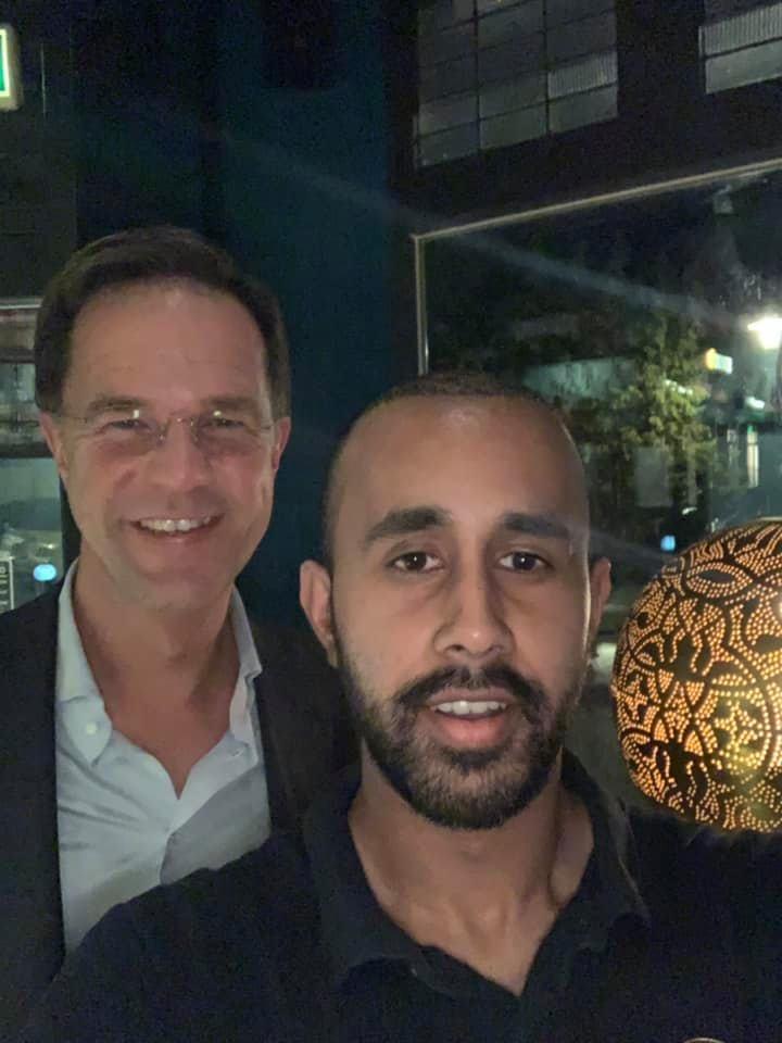 Minister-president Mark Rutte op de foto met Jay, de zoon van eigenaar en chef Sayd Talukdhar van restaurant India Poort in Hilversum.