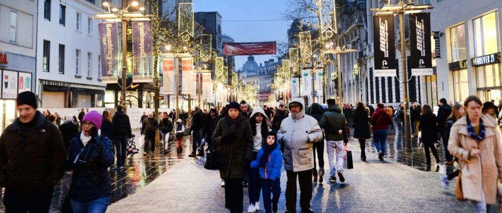 2014-12-21 16:33:10 ANTWERPEN - Drukte in het centrum van Antwerpen. De stad wordt overspoeld door kerstshoppers. De politie raadt aan met het openbaar vervoer naar het centrum te komen. ANP PIROSCHKA VAN DE WOUW  (beeld anp / Piroschka van de Wouw)
