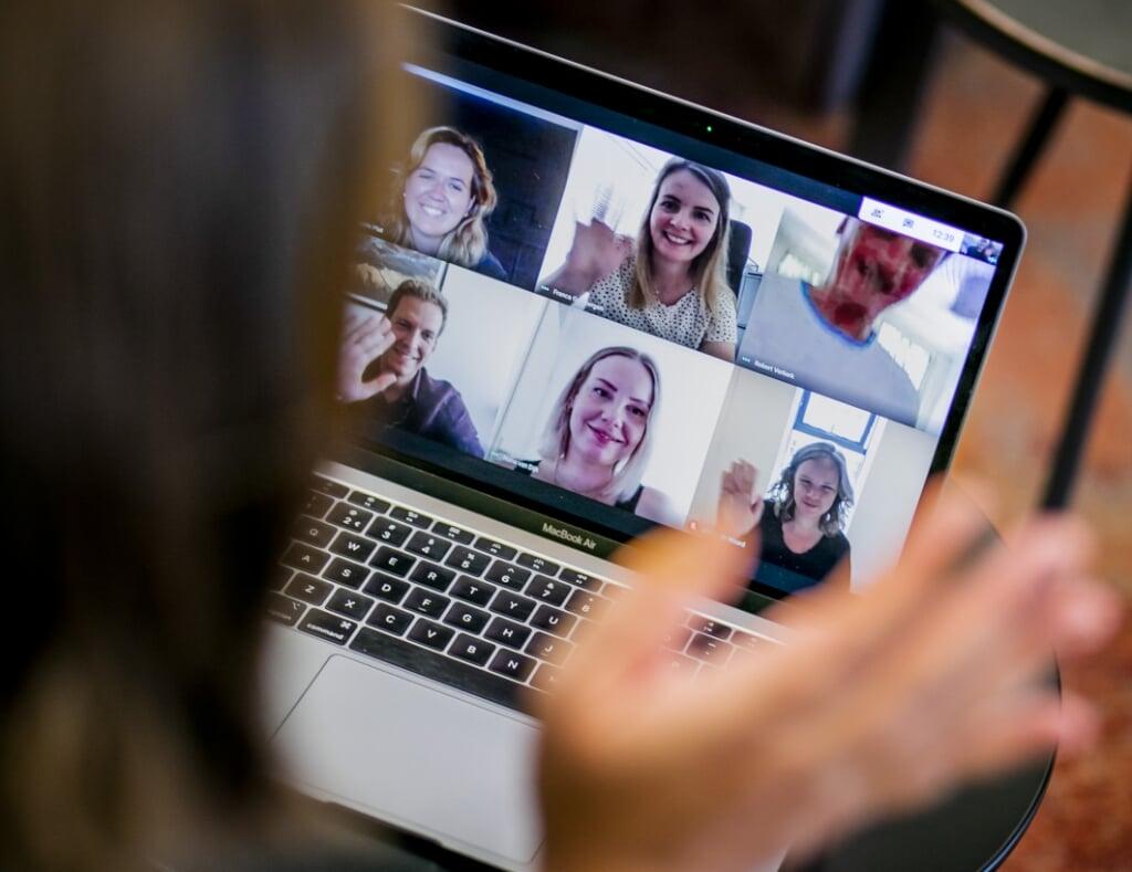 2020-08-07 12:41:22 ILLUSTRATIEF - Een werknemer tijdens een videogesprek op kantoor. Vanwege de coronacrisis werken steeds meer mensen vanuit huis. ANP REMKO DE WAAL  (beeld anp / Remko de Waal)