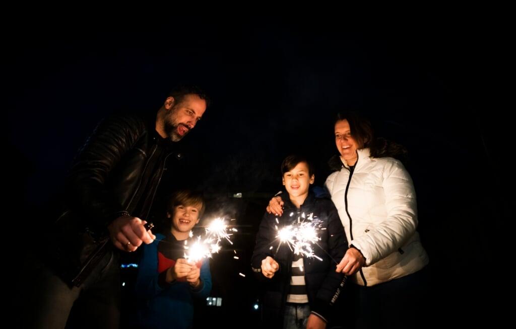 20201229 Almere: De familie Ten Brinke viert met de twee jongste kinderen alvast een beetje oudjaarsavond. (Foto Jeroen Jumelet)  (beeld Jeroen Jumelet)