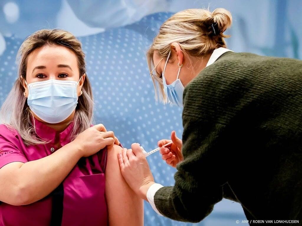 2021-01-06 08:44:02 VEGHEL - Sanna Elkadiri, medewerkster van verpleeghuis Het Wereldhuis, krijgt het eerste vaccin. Verleners van acute zorg, zoals ambulancepersoneel en IC-medewerkers worden in diverse ziekenhuizen geprikt tegen het coronavirus. ANP ROBIN VAN LONKHUIJSEN  (beeld anp)
