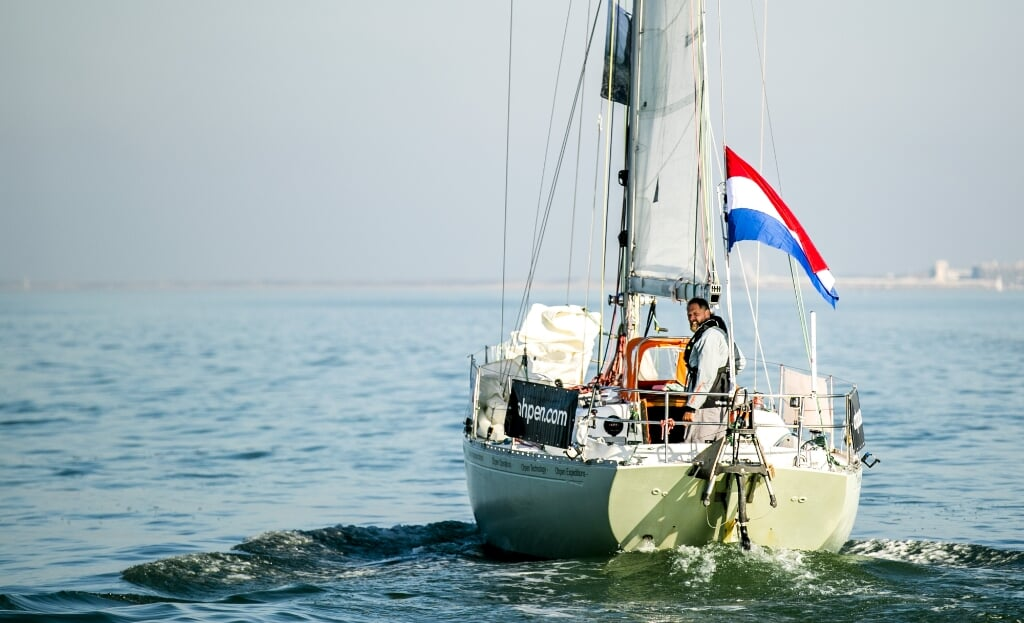 Zeezeiler Mark Slats voor de kust van Scheveningen. Na een solo zeilrace rond de wereld zette hij in februari 2019 na 214 dagen weer voet op Nederlandse bodem.  (beeld anp / Remko de Waal)
