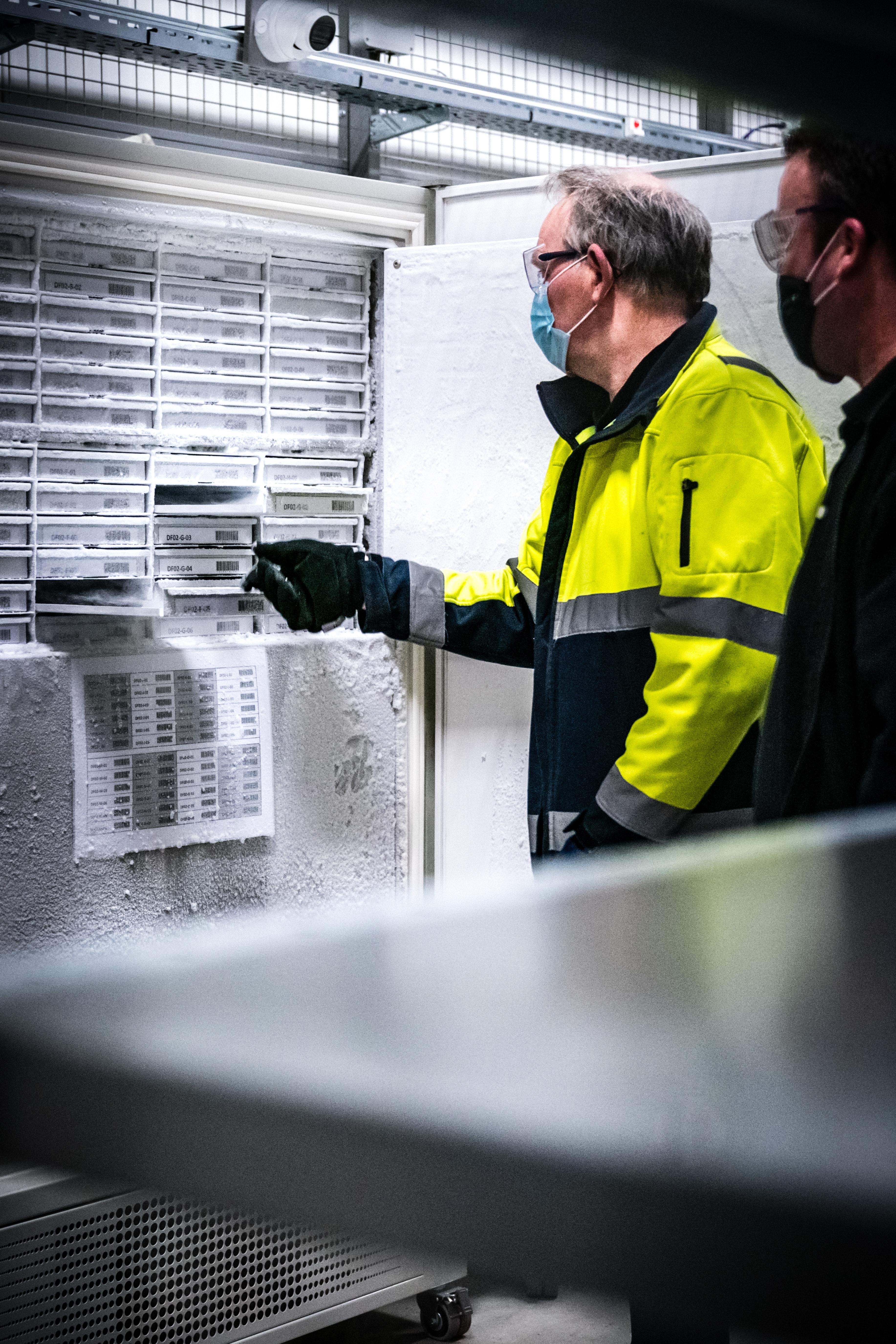 2021-04-06 05:29:00 OSS - Koelcellen met coronavaccins van Pfizer/BionTech bij Movianto. Het Brabantse bedrijf draagt in Nederland de logistieke verantwoordelijkheid voor de opslag en het transport van diverse coronavaccins en bijbehorende medische hulpmiddelen. ANP ROB ENGELAAR