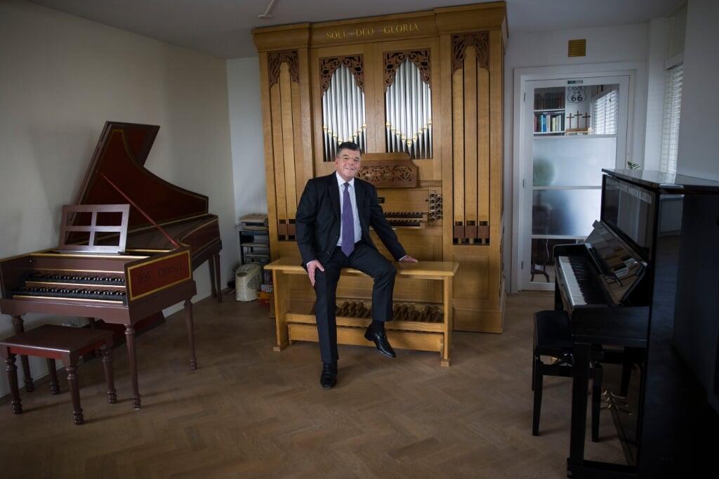 Gert-Jan Baan, dominee in de Gereformeerde Gemeenten, die promoveert op de theologie in de cantates van Bach.  Hij speelt zelf orgel en heeft een huispijporgel en een klavecimbel thuis foto:Arie Kievit  (beeld arie kievit)