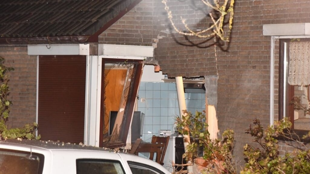 Bij deze woning in Zeeland reed maandagavond een auto naar binnen. Het huis is tijdelijk onbewoonbaar.  (beeld omroep zeeland)