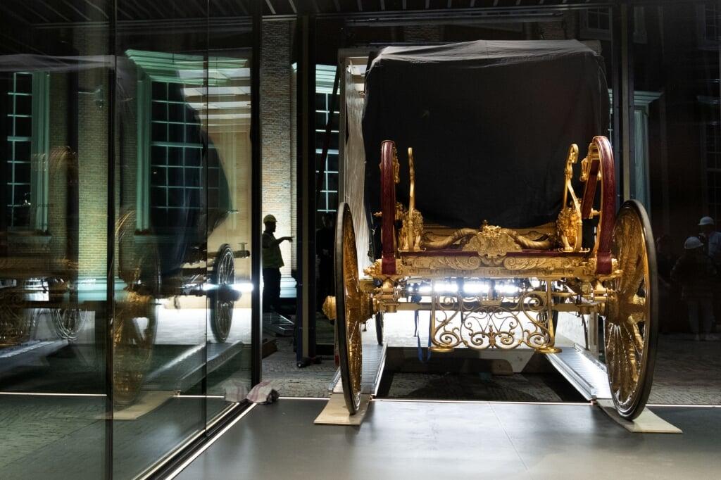 2021-06-10 03:03:36 AMSTERDAM - De Gouden Koets is met behulp van een hijskraan in het Amsterdam Museum geplaatst. De gerestaureerde Gouden Koets, die ruim 2.800 kilo weegt, is hier als middelpunt van een gelijknamige tentoonstelling acht maanden lang van dichtbij te zien voor publiek. ANP OLAF KRAAK  (beeld anp / Olaf Kraak)