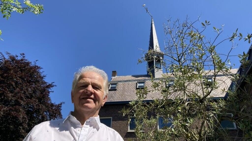 Het kruis en de haan van de kerk in Sluiskil staan scheef doordat er een kraan tegenaan kwam. Meerten Dallinga heeft veel telefoontjes gehad.  (beeld omroep zeeland)