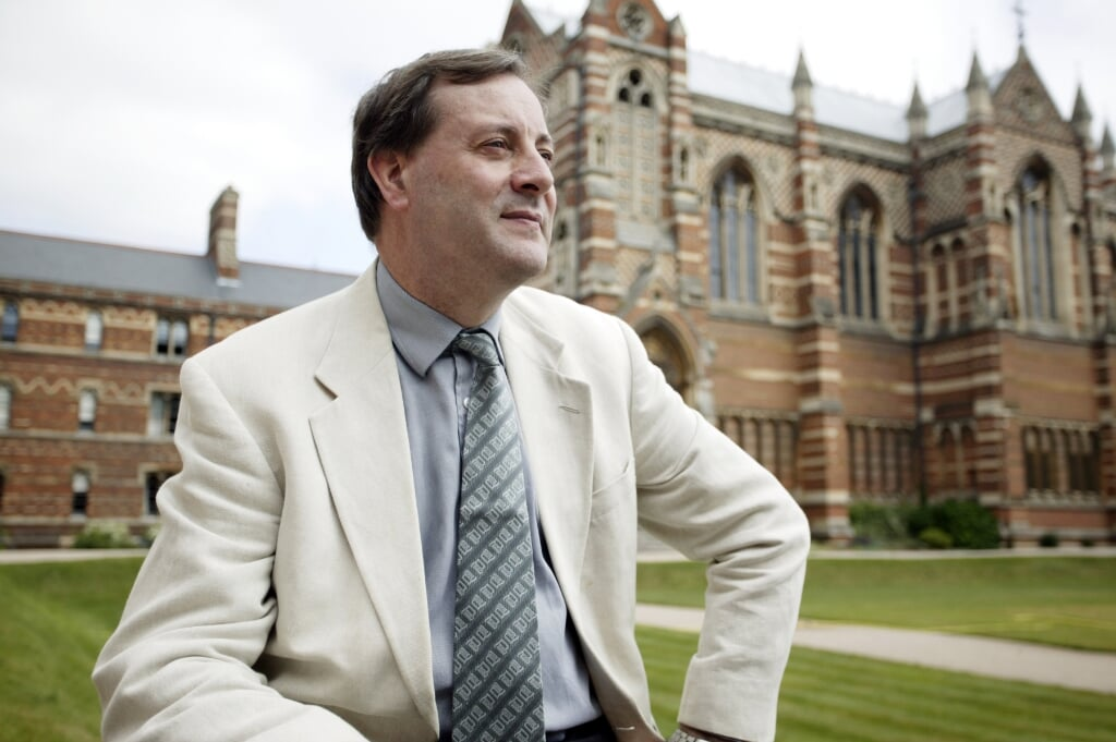 Alister McGrath, Professor of Historical Theology, in the grounds of Keble College, Oxford. The chapel is in the background.  (beeld Andrew Fox)
