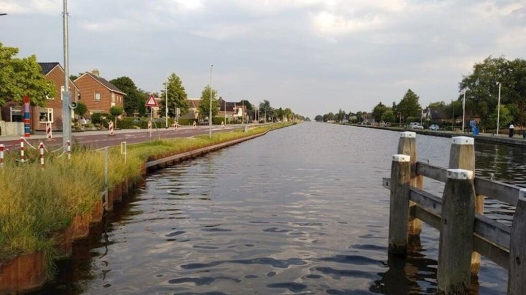 Een deel van de straat langs het kanaal Almelo-De Haandrik is dicht wegens zwakke oevers. Omwonenden vroegen daar al eerder om.  (beeld rtv oost)