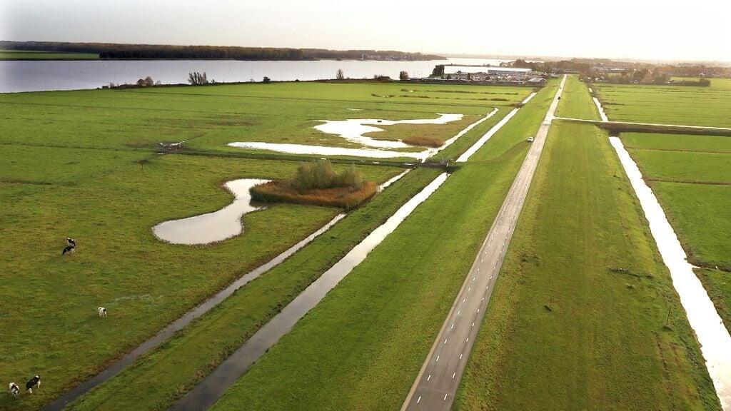 De Westdijk in Bunschoten-Spakenburg, waarbij jaren terug vervuilde grond werd gebruikt voor het ophogen van de dijk.  (beeld rtv utrecht)