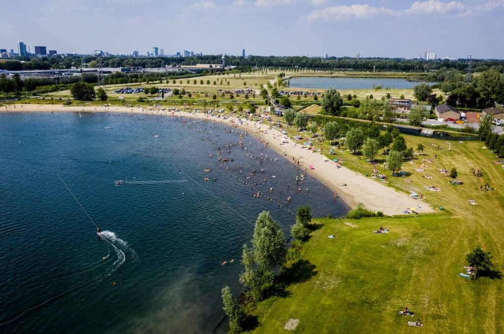 2021-06-16 18:18:18 NIEUWEGEIN - Dronefoto van strandgangers bij Plas Laagraven. Het tropisch warme weer trekt badgasten naar de stranden toe. ANP SEM VAN DER WAL  (beeld anp / sem van der wal)