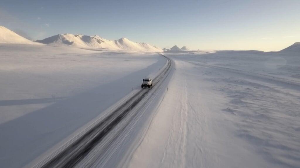 Realityreeks waarin Tom Waes naar unieke plekken in Europa trekt die de doorsneetoerist liever links laat liggen. - In IJsland reist Tom naar Mjoifjordur, een piepklein dorpje in de Oostfjorden, ver weg van de bewoonde wereld. Er wonen 11 mensen en door de sneeuw is de weg ernaartoe 8 maanden per jaar zo goed als onberijdbaar. En dat ondervindt Tom aan den lijve.  (beeld nd)