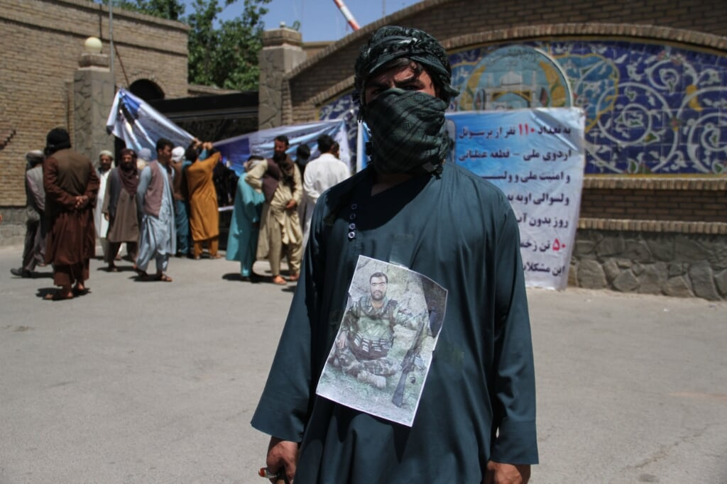 2021-06-17 11:35:46 epa09278987 Relatives of the Afghan Army soldiers, who are trapped in Obde district of Herat while fighting against Taliban militants, protest to demand the government evacuate the injured soldiers, in Herat, Afghanistan, 17 June 2021. Afghan authorities said they are in the process to arrange the evacuation of Army soldiers from the restive district soon. There has been a particularly bloody spike in violence in the country in recent weeks, following the start of the withdrawal of US troops from the country, a process due to be complete by September 11.  EPA/JALIL REZAYEE  (beeld Epa/jalil Rezayee)
