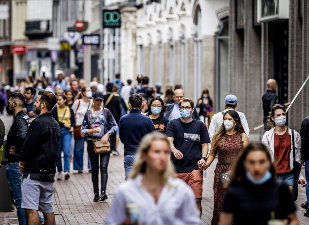 2021-06-19 11:47:45 AMSTERDAM - Winkelend publiek met een mondkapje. Het kabinet heeft tijdens de persconferentie besloten dat de mondkapjesplicht vanaf 26 juni vervalt. Mensen hoeven dan geen mondkapjes meer te dragen, behalve in het openbaar vervoer en op het vliegveld. Deze maatregel maakt onderdeel uit van het nieuwe pakket aan versoepelingen door de dalende besmettingscijfers. ANP REMKO DE WAAL  (beeld anp / Remko de Waal)