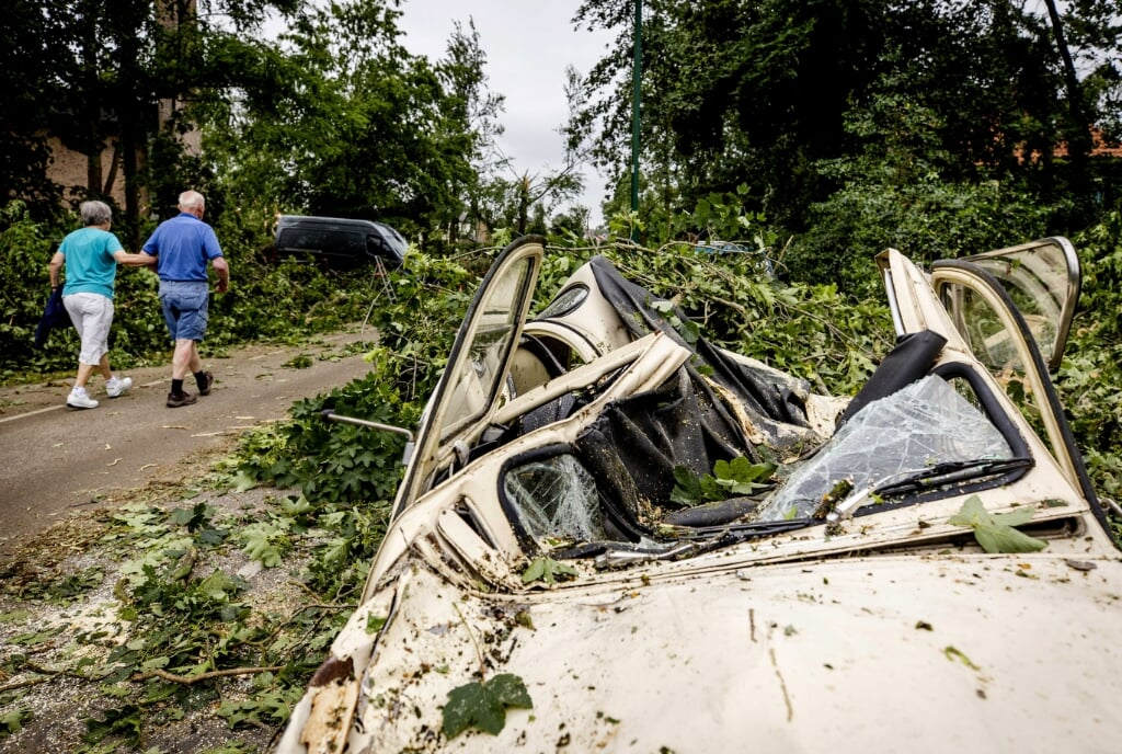 epa09285113 A view showing a car that was badly damaged by a fallen tree, a day after the violent storm in Leersum, the Netherlands, 19 June 2021. Eight people in Leersum were injured by the storm.  EPA/SEM VAN DER WAL  (beeld Hollandse Hoogte / EPA)