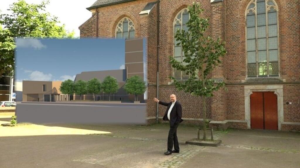 Pastoor Hans Pauw toont hoe de aanbouw aan de kerk die de parochie wil realiseren eruit moet komen te zien. Op het plan komt kritiek.  (beeld omroep gelderland)