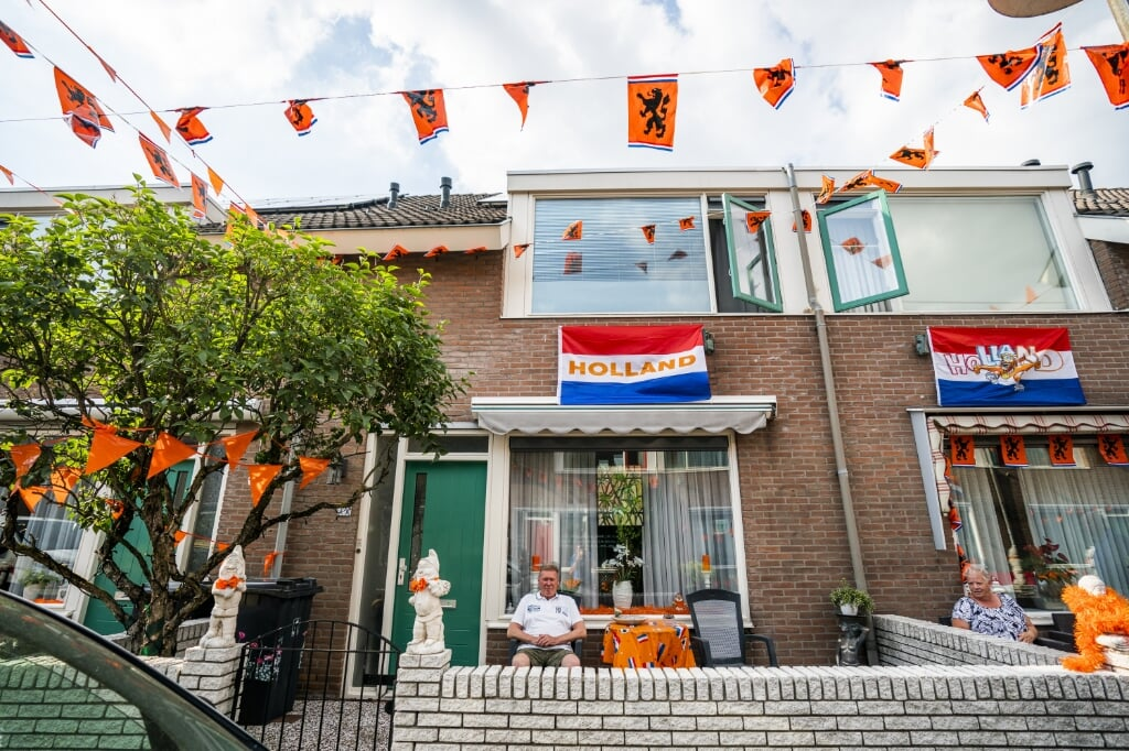 Een huis in Utrecht is met oranje vlaggetjes versierd. Bij oma Francien is alles zwart-geel-rood.  (beeld anp / Jeroen Jumelet)