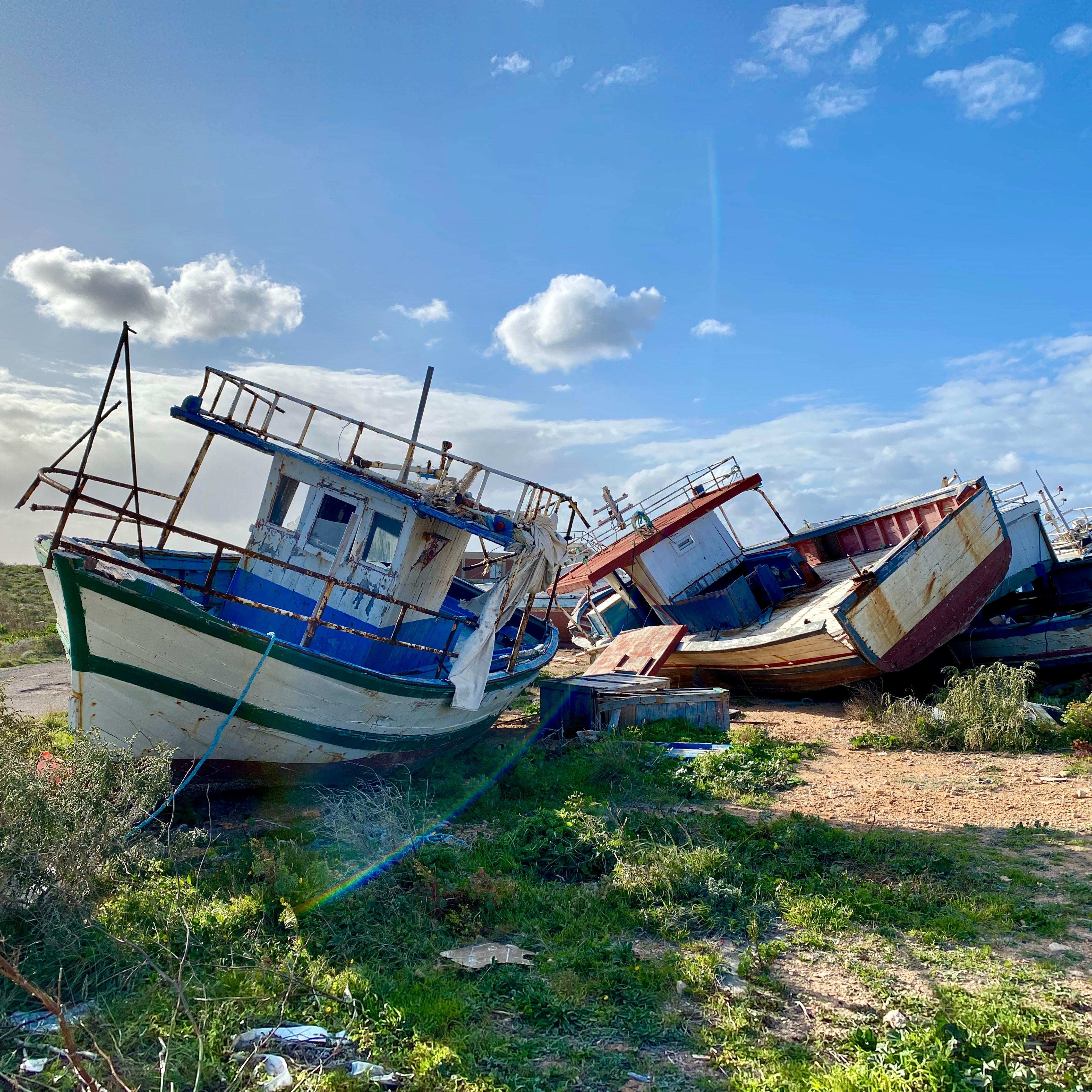 Avontuurlijk reisprogramma waarin Arnout Hauben dwars door de Middellandse Zee trekt, van west naar oost, van Gibraltar naar Jeruzalem. Met aanstekelijk enthousiasme reist hij langs bekende en minder bekende eilanden en gaat hij op zoek naar het verhaal van de mensen die in en met de Middellandse Zee leven. - Op zijn tocht door de Middellandse Zee zet Arnout voet aan wal op Lampedusa. Het eiland was de afgelopen jaren voor duizenden vluchtelingen de toegangspoort tot Europa. De vissers van het eiland redden bijna dagelijks mensen op zee. De reis gaat verder richting Malta. Daar is een groot volksfeest gaande ter ere van apostel Paulus, die 2000 jaar geleden schipbreuk leed voor de kust van het eiland...  (beeld © VRT)