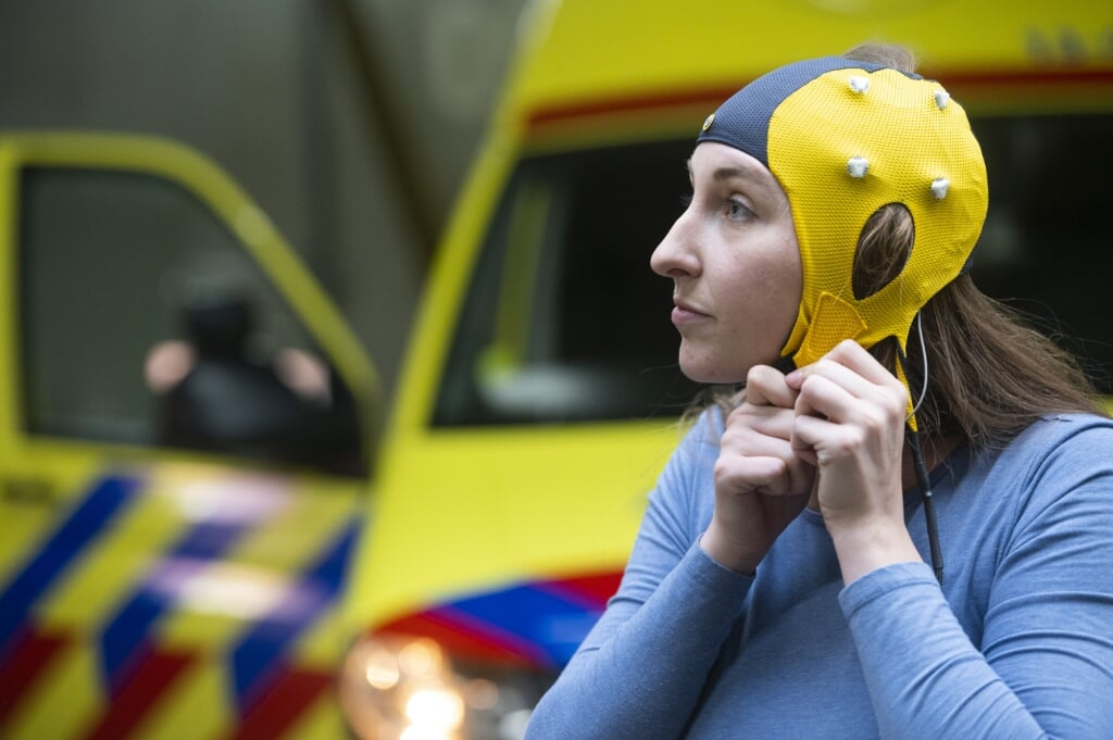 2020-08-24 14:05:50 AMSTERDAM - Onderzoeker Laura van Meenen van Amsterdam UMC test bij Ambulance Amsterdam een mobiel EEG-apparaat met droge elektroden, waarmee bij een patient al in de ambulance kan worden gezien of er sprake is van een herseninfarct. De Badmuts, zoals het apparaat wordt genoemd, is een uitvinding van neuroloog dr. Jonathan Coutinho van Amsterdam UMC. ANP EVERT ELZINGA  (beeld anp / Evert Elzinga)