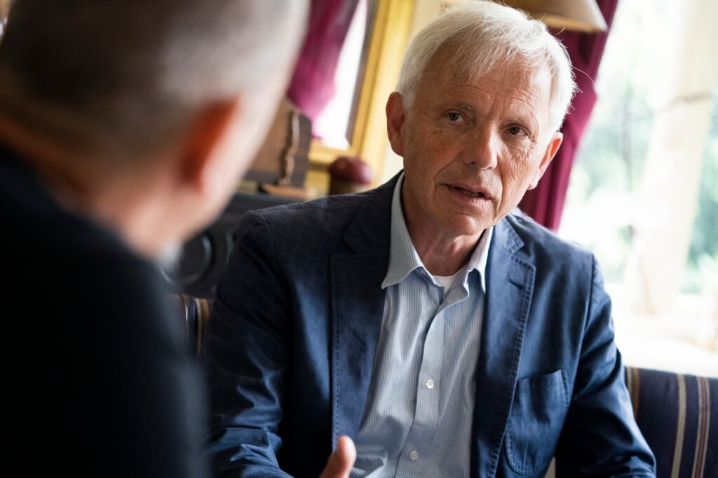 Theologen Ronald Westerbeek en Kees van der Kooi in gesprek  (beeld Jeroen Jumelet)