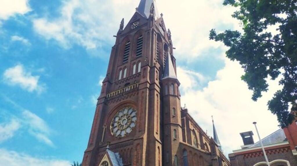 De St. Martinuskerk stelde de klokken zachter af, waarna er een petitie kwam om het geluid terug te zetten. Nu zijn er echter weer klachten.  (beeld Omroep West)