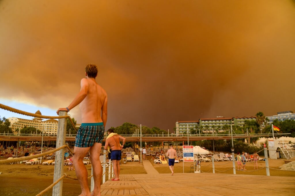 2021-07-29 15:50:51 Dark smoke drifts over a hotel complex during a massive forest fire which engulfed a Mediterranean resort region on Turkey's southern coast near the town of Manavgat, on July 29, 2021.  At least three people were reported dead on July 29, 2021 and more than 100 injured as firefighters battled blazes engulfing a Mediterranean resort region on Turkey's southern coast. Officials also launched an investigation into suspicions that the fires that broke out Wednesday in four locations to the east of the tourist hotspot Antalya were the result of arson. Ilyas AKENGIN / AFP  (beeld at LEast Three People Were Reported Dead on July 29, 2021 and More Than 100 Injured as Firefighters Battled Blazes Engulfing a Mediterranean Resort Region on Turkey's Southern Coast. Officials Also Launched an Investigation Into Suspicions That the Fires That Broke out Wednesday in Four Locations to the East of the Tourist Hotspot Antalya Were the Result of Arson. ilyas Akengin / afp)