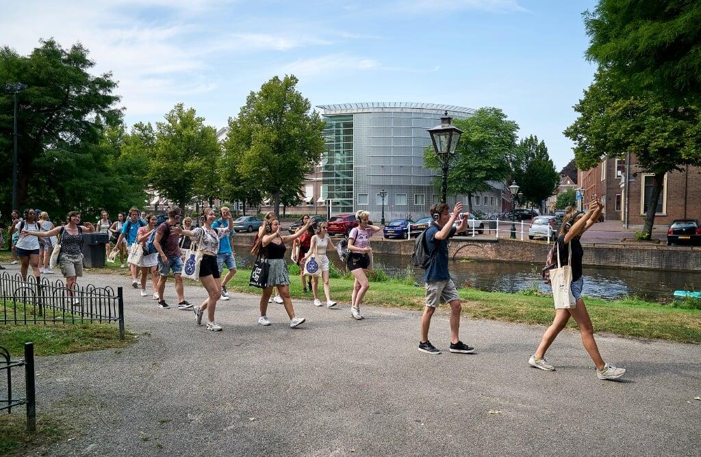 LEIDEN - Studenten tijdens een stadswandeling. Universiteit Leiden heeft vanwege het coronavirus een aangepast programma opgesteld voor de nieuwe studenten tijdens de introductieweek. ANP PHIL NIJHUIS  (beeld Phil Nijhuis)
