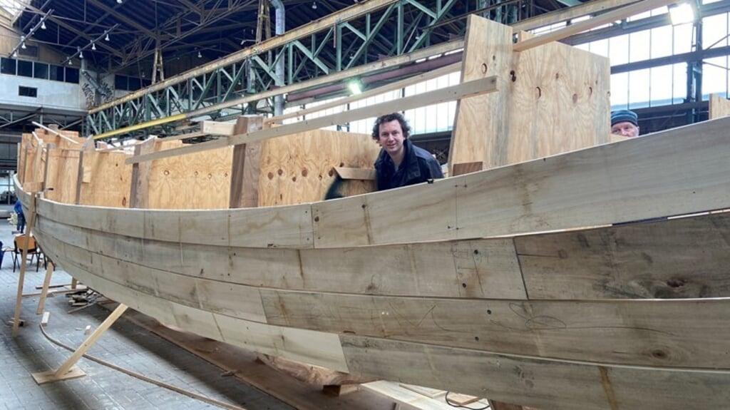 Een houten schip van kunstenaar Edward Clydesdale Thomson moet door de straten van het historische centrum van Dordrecht varen.  (beeld Rijnmond)