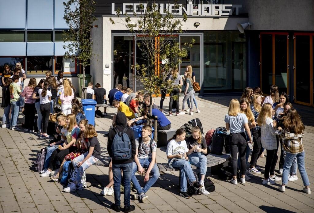 Middelbare schoolleerlingen tijdens hun pauze.  (beeld anp / Koen van Weel)