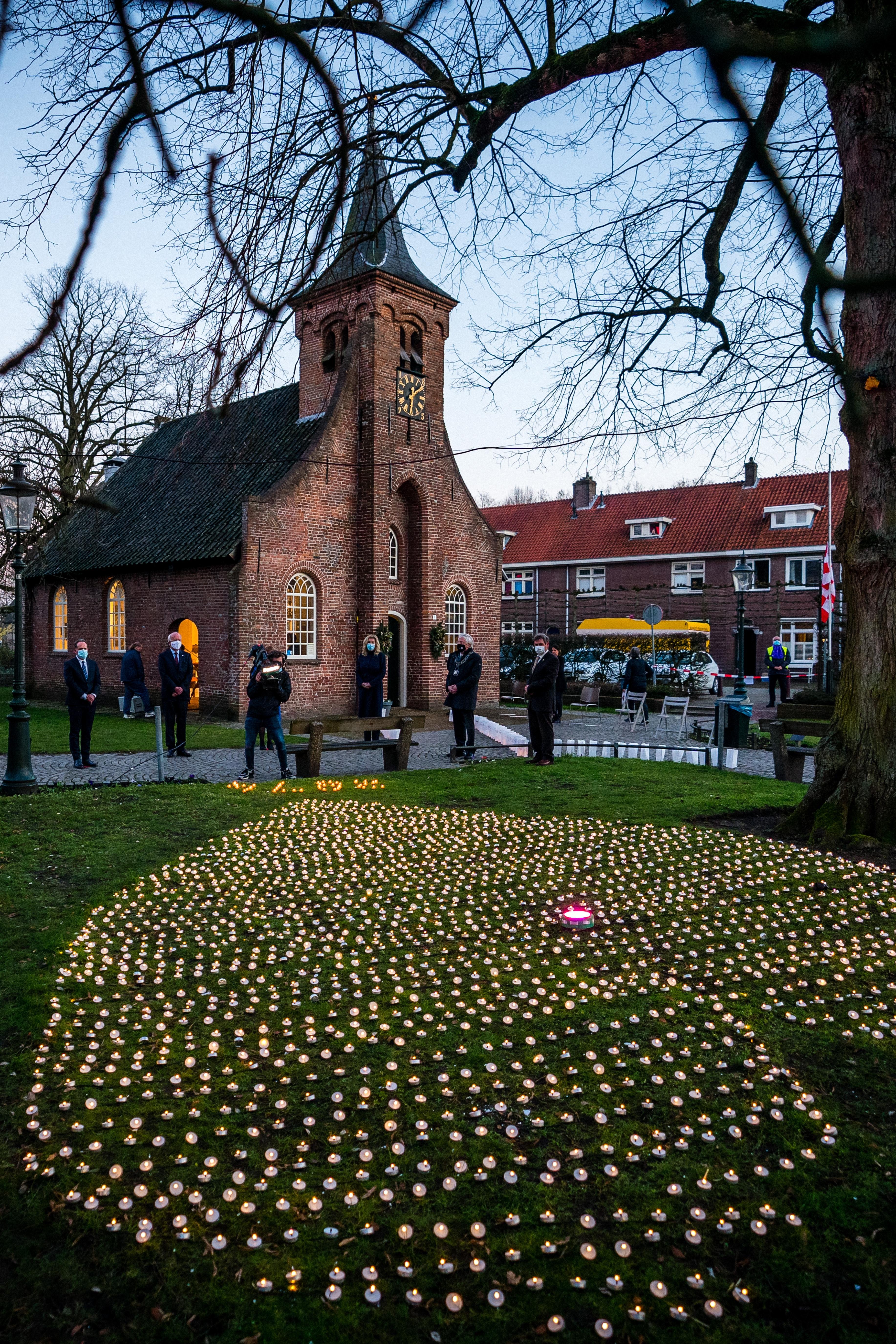 <p>In de Hasseltse Kapel in Tilburg was in februari een herdenking van coronaslachtoffers, precies een jaar na de eerste besmettingen in Nederland.</p>
