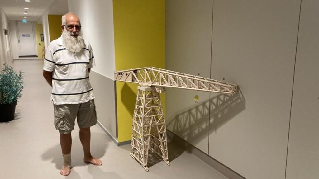 Piet Jacobse uit Vlissingen bouwt monumenten van de Zeeuwse stad met hout na. De Scheldekraan was zijn eerste project.  (beeld omroep zeeland)