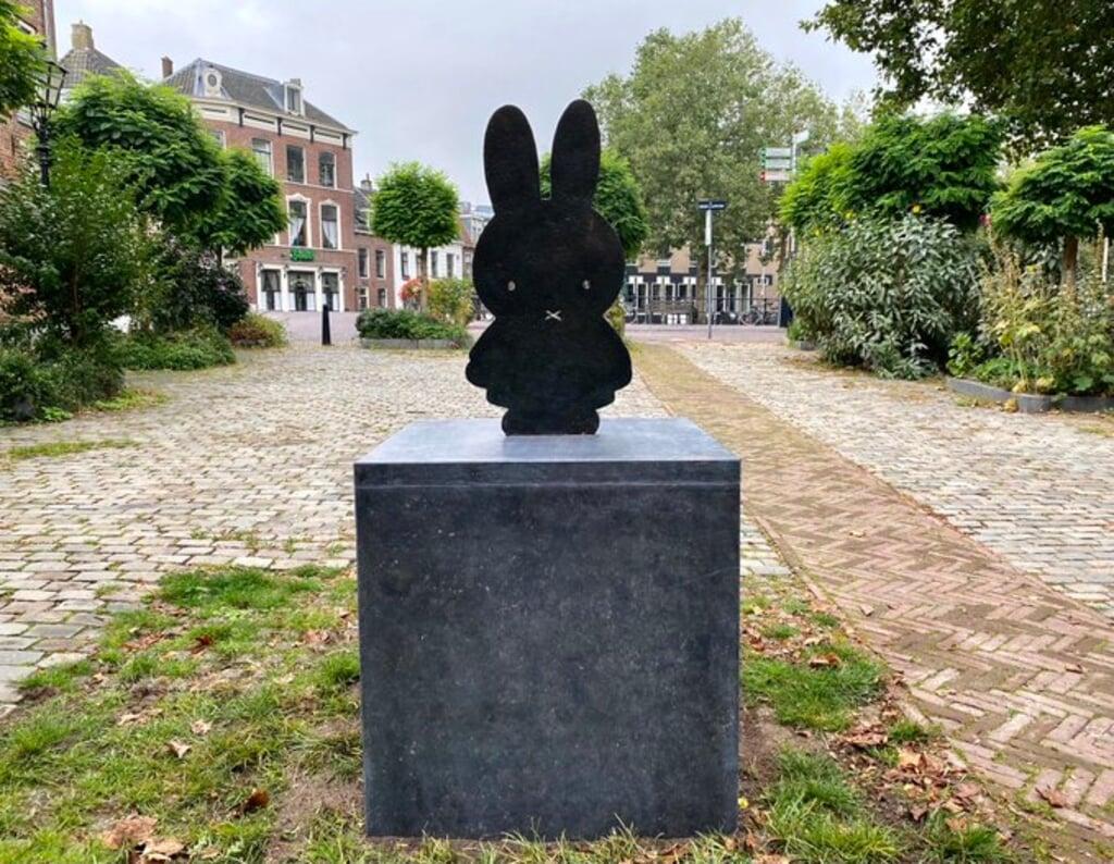 De gemeente Utrecht schreef bij deze foto van het Nijntje-beeld op Twitter: 'note to self: oppassen met veegwagentjes'.  (beeld gemeente utrecht)