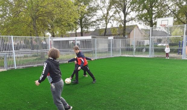 <p>Terwijl de finishing touch nog moet plaatsvinden &quot;balt&quot; de jeugd er al lekker op los op het nieuwe sportveldje.&nbsp;</p>