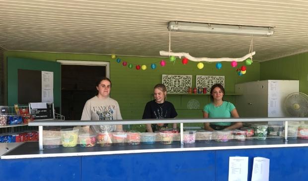 <p>Het winkeltje van het Aquapark De Zandstuve Vroomshoop wordt bemenst door drie vrijwilligsters.</p>