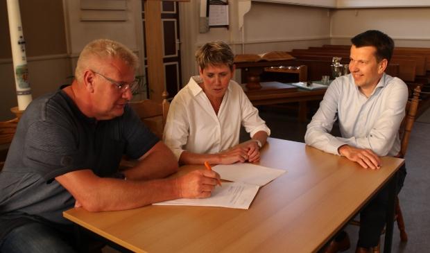 <p>De akte werd ondertekend door Harjan Winter en Geke Euving onder toeziend oog van notaris Ronald Brinkman (rechts).&nbsp;&nbsp;</p>