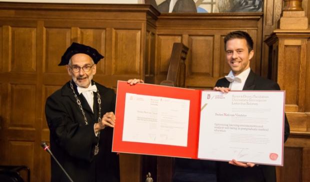 <p>Stefan van Vendeloo (r.) bij zijn promotie. </p>