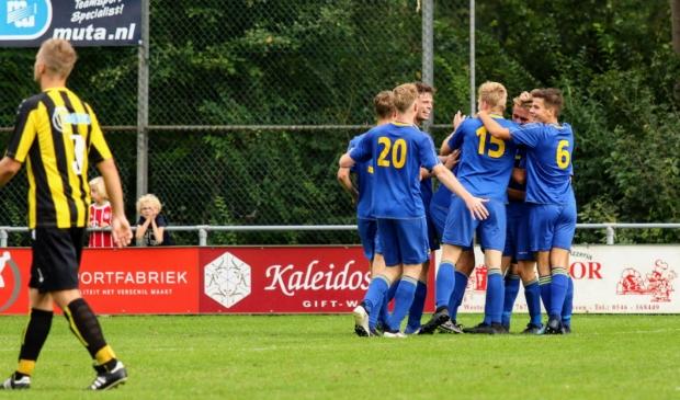 <p>Spelers van het eerste elftal, allen opgeleid in de Boys-jeugd, juichen na een doelpunt.</p>