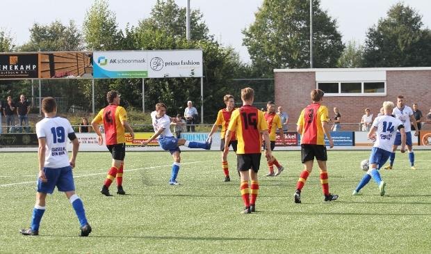 Ruben Kelder van v.v. Den Ham schiet de gelijkmaker (3-3) binnen.