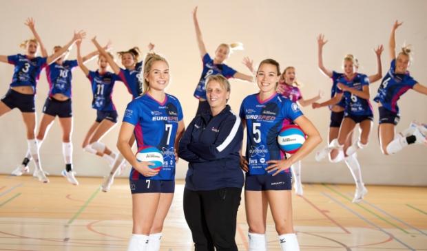 <p>Op voorgrond van links naar rechts, Charlot Vellener, trainer-coach Petra Groenland en Lisanne Baak.</p>