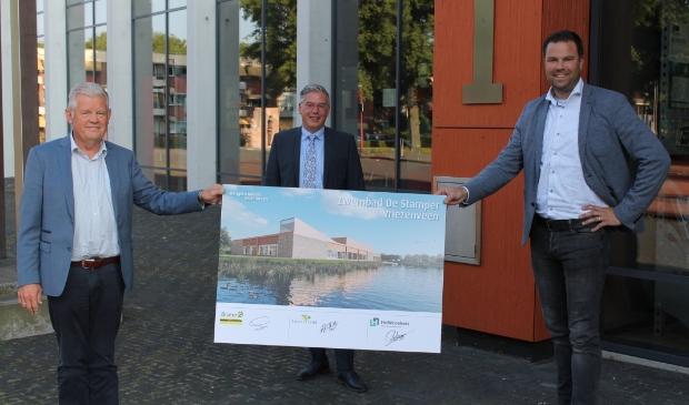 <p><em>Wethouder Mark Paters (midden) met dhr. Gerrit Wessels van Bouwbedrijf Bramer (links) en dhr. Rob de Bie van Hellebrekers (rechts).</em> </p>