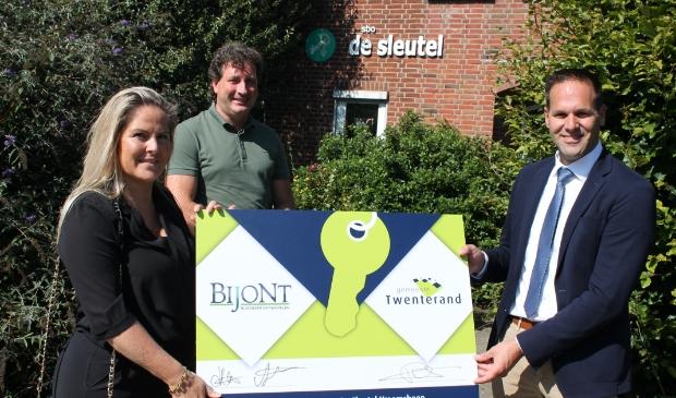 <p>Links Darinka Dieperink van Bijont, met naast haar collega Ard Pierik. Helemaal rechts staat wethouder Bart-Jan Harmsen.</p>