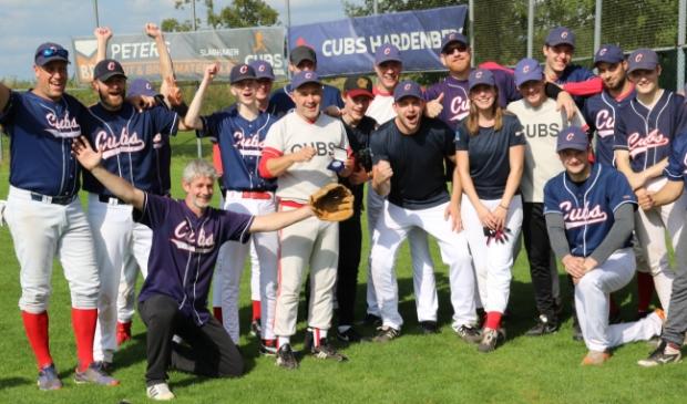 Martijn Hartgerink (midden) van de Hardenberg Cubs toont de eremedaille van de KNBSB, die hij kreeg als dank voor zijn inzet voor de vereniging en de honkbalsport.  G. Brokelman ©
