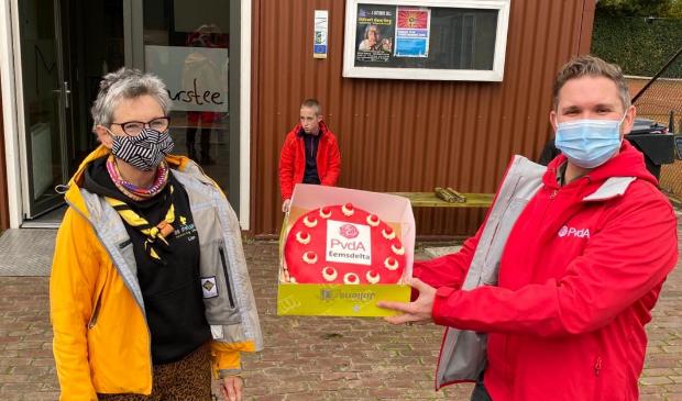 Jan Chris Wagenaar reikt de taart uit aan Lies Oldenhof van De Struuners.