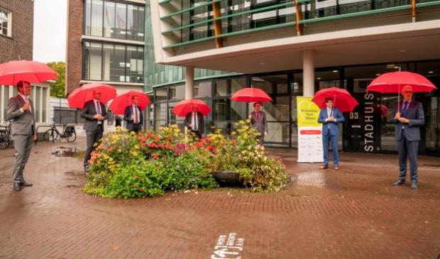 <p>De Drentse burgemeesters met hun paraplu&#39;s.&nbsp;</p>