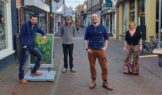 <p>De initiatiefnemers van de actie. Vanaf links: J&uuml;rgen Romeling, Mark Pereboom, Ferdi Uuldriks (namens Jimmy&rsquo;s) , Sandie Hamminga (namens bestuur winkeliersvereniging).</p>