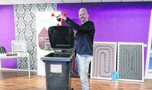 <p>Voormalig wethouder B&eacute; Schollema van de gemeente Loppersum opende destijds de duurzame demowoning in Middelstum.</p>